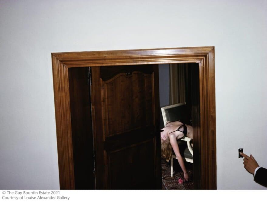 ファッション好き必見! 写真家ギイ ブルダンのシュールな美の表現に、想像力の扉が開く展覧会