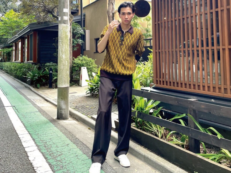 ジャガード生地のポロシャツ×スラックスで、品のあるカジュアルコーデに[ファッションスタイル]