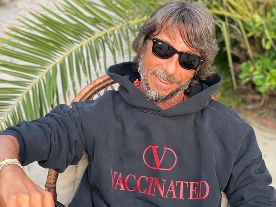 ヴァレンティノがやってくれた!オリジナル限定フーディーでワクチン接種を支援
