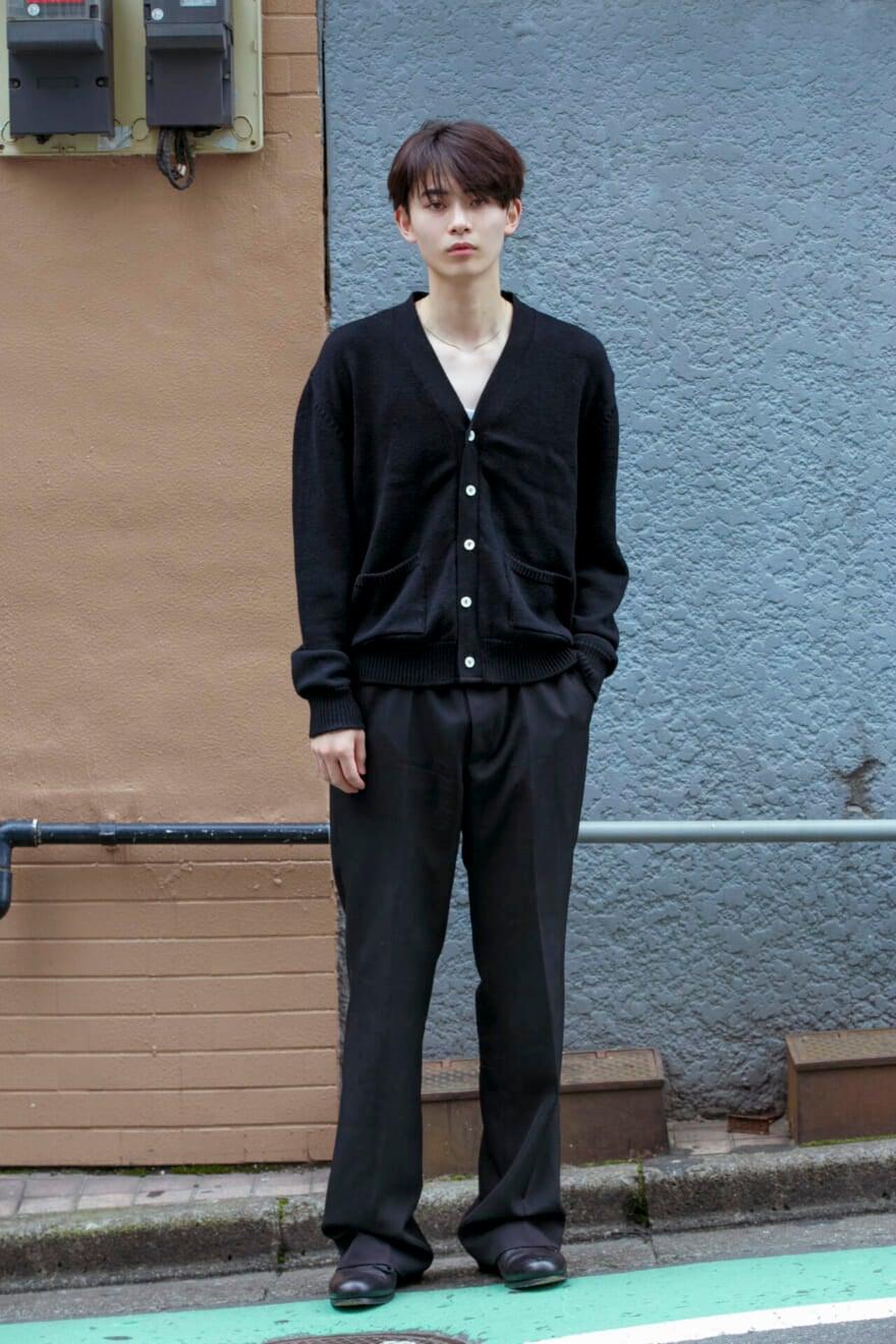 ジャスト丈のカーディガンと革靴が好感な、色っぽいオールブラック