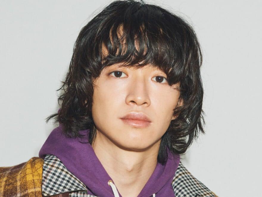 【森 慎二郎くん】カールを生かした内巻きマッシュヘアとヘルシーな肌作りで、90年代ムードを漂わせて